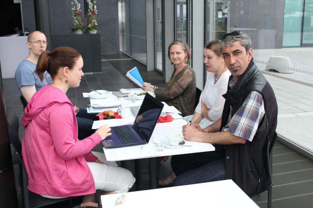 PSV:n hallituksen kokous Musiikkitalon kahviossa. Katri, Esa, Ann-Christin, Virpi, Haidar. Kuva SK